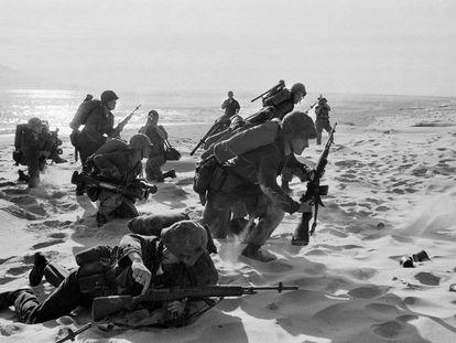 Marines atravessam a praia Vermelha, em Da Nang (Vietnam). Chegavam para reforçar as bases aéreas no Vietnã do Sul.