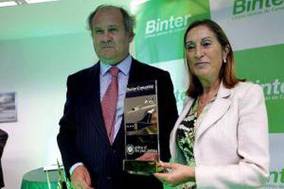 La ministra de Fomento, Ana Pastor, y el presidente de Binter Canarias, Pedro Agustín del Castillo, posan con el premio recibido recientemente a la mejor compañía aérea 2013/14 en Europa, tras inaugurar hoy las nuevas oficinas de la compañía en La Laguna (Tenerife).