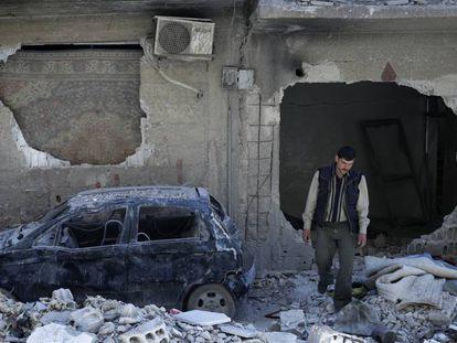 Un hombre cerca del lugar donde se perpetró el supuesto ataque químico, en Duma, el lunes.