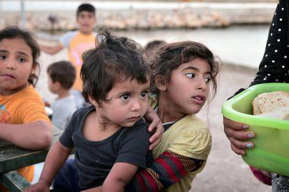 Niños refugiados en un campo de registro en Grecia.