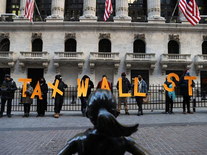 Un grupo de manifestantes protesta frente a la Bolsa de Nueva York por la decisión de Robinhood de suspender la compra de acciones de GameStop a finales de diciembre.