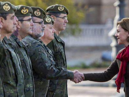 La ministra de Defensa, María Dolores de Cospedal saluda a los militares durante su visita al Cuartel General de la Fuerza Terrestre de Sevilla.