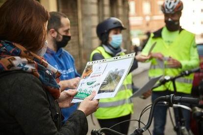 """Varias personas atienden a la formación ciclista. """"El número de ciclistas ha crecido tras la pandemia y muchos ciudadanos se han aventurado a rescatar y usar bicis sin la adecuada revisión mecánica"""", explica Mercadal."""