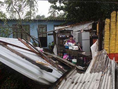 Una mujer en su vivienda de Tecolutla, en el Estado de Veracruz, tras el paso del huracán 'Grace'.