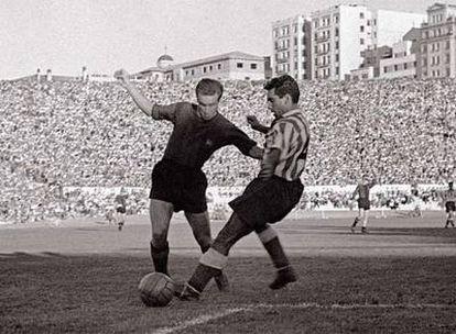 Basora se mide a un defensor del Atlético en el estadio Metropolitano.