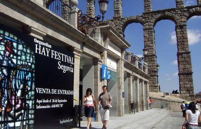 Un cartel de una edición anterior del festival, con el acueducto de fondo.