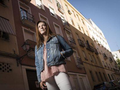 La administradora de fincas Noelia Mochales ante uno de los edificios que gestiona.