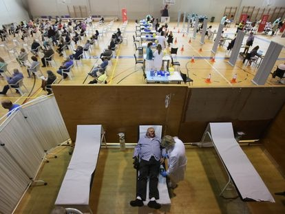 Inicio de la vacunación este lunes de cerca de unas 6.000 personas en el polideportivo de El Toscar en Elche.