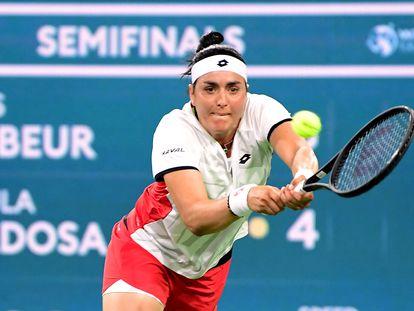 Ons Jabeur devuelve la pelota durante la semifinal de Indian Wells contra Paula Badosa.