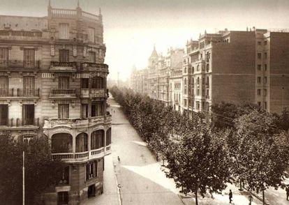 Intersección de la calle Príncipe de Vergara con Goya en el año 1929, con un bulevar central que permitía el paseo continuado por toda la avenida.