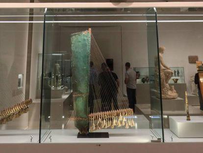 Instrumentos de música antiguos en la exposición 'Músicas en la Antigüedad' en CaixaForum Madrid.