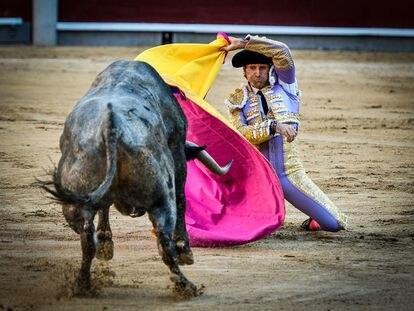 Alberto Lamelas recibe de rodillas a uno de sus toros.