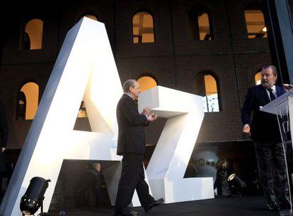 Ibon Areso, a la izquierda, junto al teniente alcalde de la villa, José Luis Sabas, en la presentación de la nueva denominación del centro en homenaje a Iñaki Azkuna