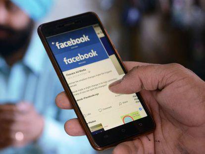 Un usuario utiliza Facebook en un teléfono Android.