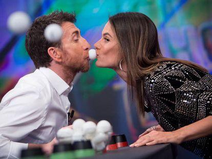 Pablo Motos, durante una prueba en 'El Hormiguero' que consistía en acercar mucho su rostro al de la supermodelo Alessandra Ambrosio.