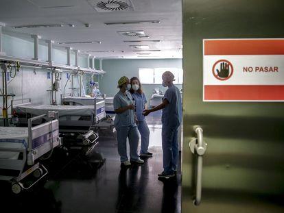 Personal sanitario dentro de una habitación de aislamiento dentro de la zona covid en el Hospital de Torrejón, en Madrid.