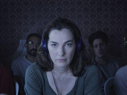 Ayelet Zurer (en el centro), protagonista de 'Perdiendo a Alice', en una imagen de la serie de Apple TV.
