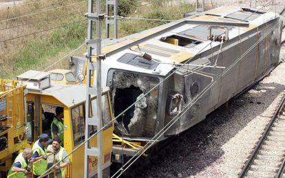 Traslado del la unidad siniestrada en la línea 1 a la campa de FGV en Valencia Sud.