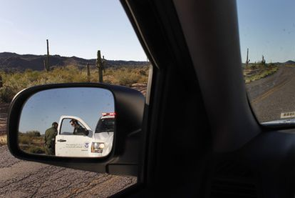 Unos agentes de la Border Patrol detienen un vehículo.