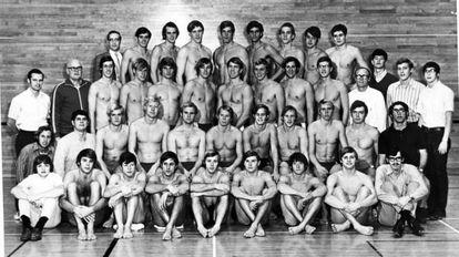 Equipo de la Universidad de Indiana en 1970. Esteva es el primero de la última fila comenzando por la derecha y Spitz es el cuarto. Counsilman aparece con gafas y chándal negro a la izquierda.