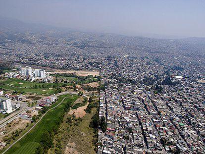 Vista aérea de la frontera entre la urbanización Bosque Real y Naucalpan