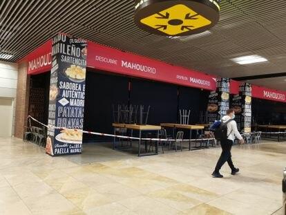 Un local cerrado en el aeropuerto de Madrid-Barajas.