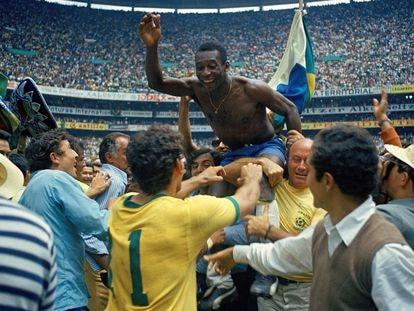 Pelé celebra la victoria de Brasil en el Mundial del 70.