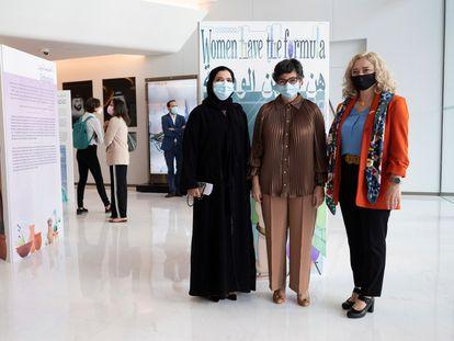 González Laya, flanqueada por la bioquímica emiratí Habiba Alsafar (izquierda) y la presidenta de la Asociación de Científicos Españoles en Emiratos, Teresa Vega, en Dubái.