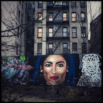 Mural con la imagen de Alexandria Ocasio-Cortez en Nueva York.