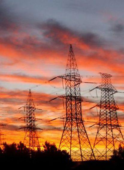 Puesta de sol tras las torres eléctricas