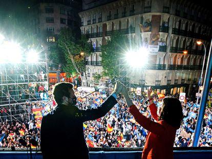 Pablo Casado e Isabel Díaz Ayuso, en la noche electoral, desde el balcón de Génova.
