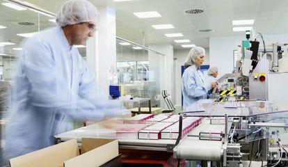 Línea de envasado de Kern Pharma en su planta de Terrassa (Barcelona).