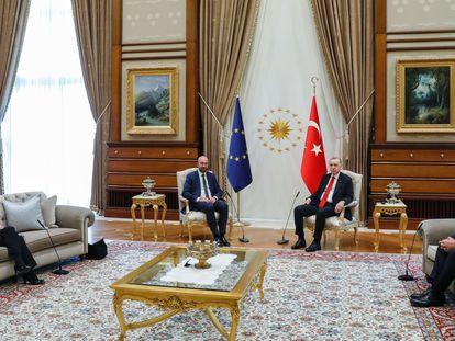 Desde la izquierda, la presidenta de la Comisión Europea, Ursula von der Leyen;  el presidente del Consejo Europeo, Charles Michel; el presidente de Turquía, Recep Tayyip Erdogan y el ministro de Exteriores turco, Mevlüt Çavuşoğlu, en Ankara el martes.