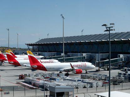 Varios aviones de Iberia Express en la terminal 4 del Aeropuerto de Madrid-Barajas.