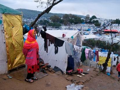 Una mujer, fuera del perímetro del campo de refugiados de Moria, en la isla griega de Lesbos, el 11 de marzo.