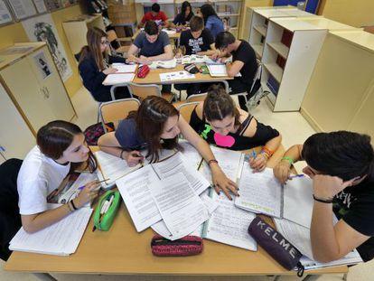 Alumnos de Secundaria estudian en un instituto.