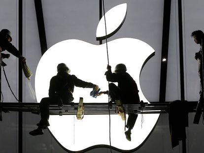 Los trabajadores ultiman los trabajos de un nuevo establecimiento de Apple en China.