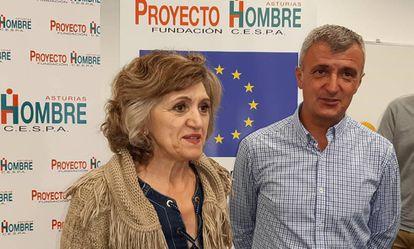 La ministra de Sanidad, María Luisa Carcedo, este lunes en Gijón junto al presidente de Proyecto Hombre, Julio Jonte.