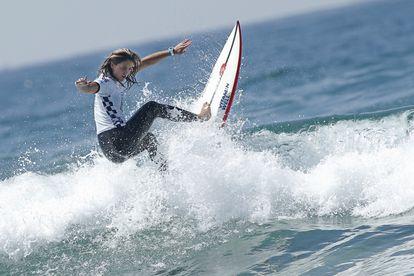 La española Leticia Canales surfea en Huntington Beach (California) en julio de 2019.