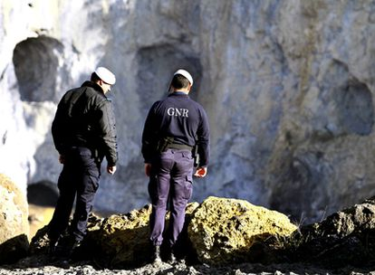 Dos agentes de la Guardia Nacional Republicana de Portugal, en la cantera dónde se ha explosionado parte del material.