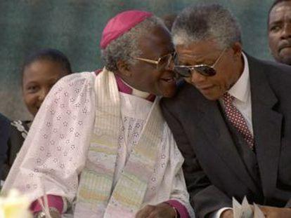 Desmond Tutu (izquierda), y Nelson Mandela, en un acto en Soweto, en 1994.
