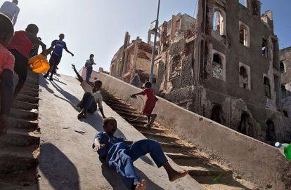 Niños jugando entre ruinas en Mogadiscio.