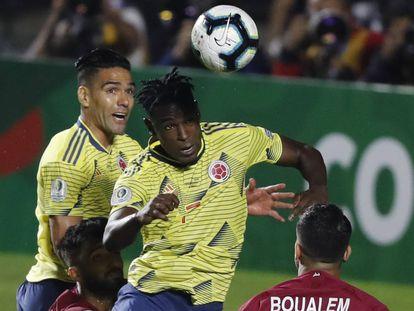 Duvan Zapata instantes antes de anotar de cabeza ante Qatar.