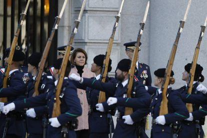 La ministra de Defensa, María Dolores de Cospedal, preside un desfile con motivo de la Vírgen de Loreto, Patrona de Aviación, en Madrid.