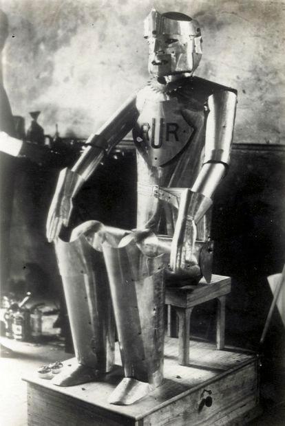 El robot Eric causó impresión en la exhibición de 1928 de la Sociedad de Ingenieros de Modelos en Londres, aunque a duras penas podía mover la cabeza y los brazos.
