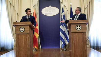 Los ministros de Exteriores Dimitrov (izquierda) y Kotziás, en Atenas.