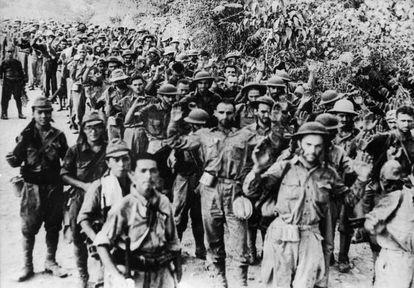 Prisioneros estadounidenses de los militares japoneses durante la II Guerra Mundial, en mayo de 1942.