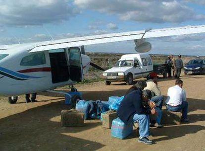 Imagen de unos detenidos tras aterrizar con droga cerca de Doñana.