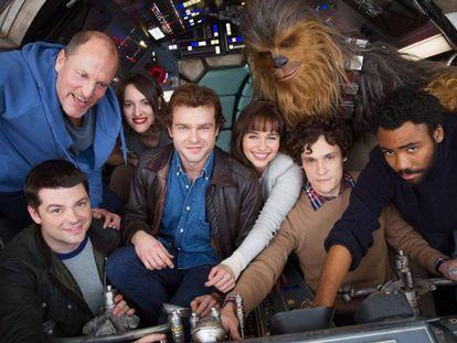 El reparto de la película junto con los ya exdirectores, en una foto de promoción.