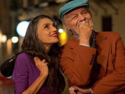 Ángela Molina y Miguel Ángel Solá, en 'El último traje'.